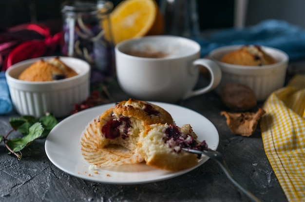 Lenteontbijt met muffins in rustieke stijl