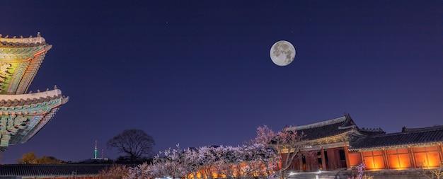Lentetijd van changgyeonggung-paleis 's nachts met volle maan in seoul, zuid-korea