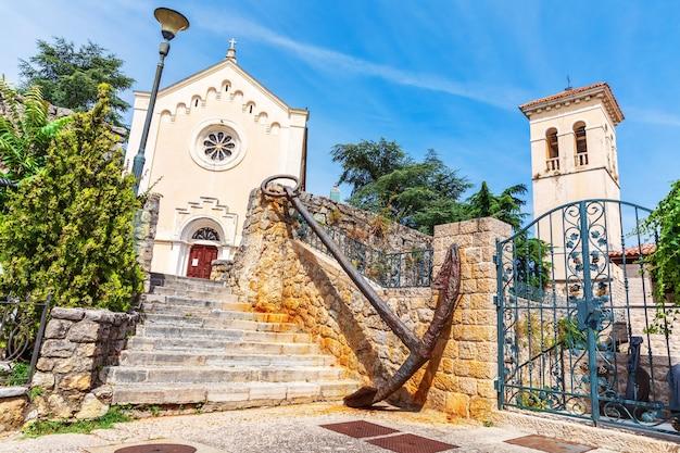 Leopold mandic kerk en museum in de oude stad van herceg novi, baai van kotor, montenegro.