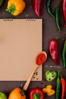 Lepel chilipoeder met paprika's op kastanjebruine tafel