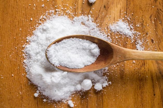 Lepel en hoop zout op de tafel