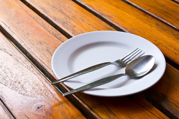 Lepel en vork op een bord