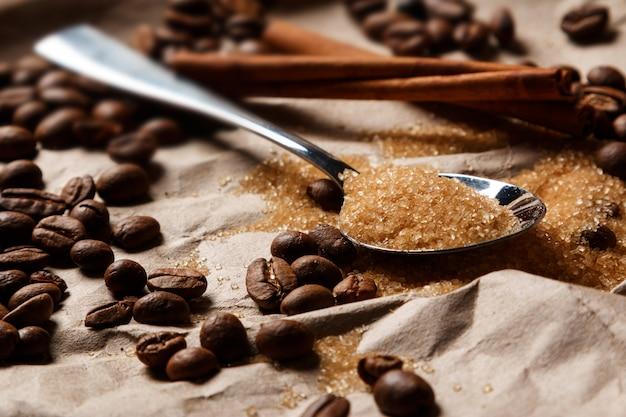 Lepel met bruine suiker en koffiebonen