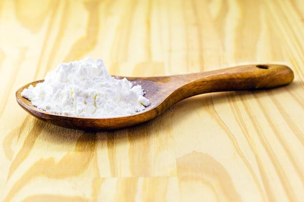 Lepel met maizena, bloem gemaakt van maïs dat wordt gebruikt om crèmes te maken of als verdikkingsmiddel, kopieer ruimte