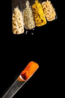 Lepel met paprika dichtbij kruiden