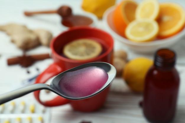 Lepel met siroop tegen alternatieve medicijnen, close-up