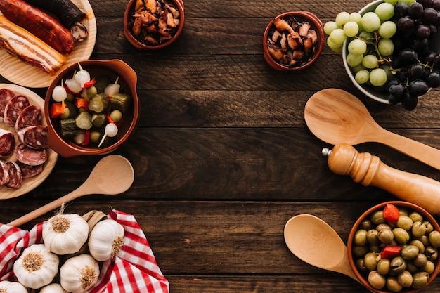 Lepels en servet dichtbij voedsel en kruiden