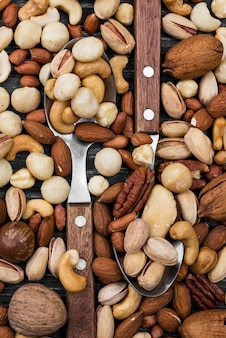 Lepels gevuld met assortiment noten