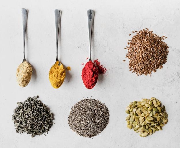 Lepels gevuld met diverse zaden en voedingspoeders