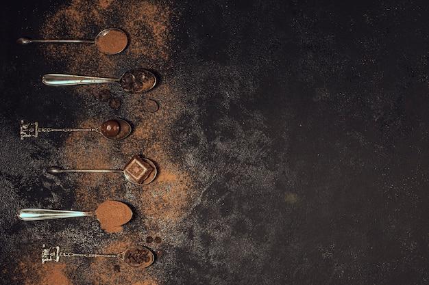 Lepels gevuld met koffiepoeder
