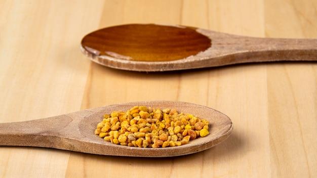Lepels met honing en stuifmeel