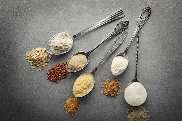 Lepels met verschillende soorten meel