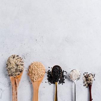 Lepels met verschillende soorten rijst