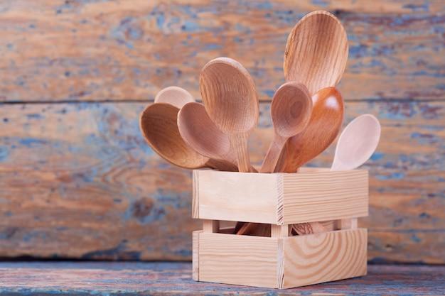 Lepels van verschillende grootte van verschillende houtsoorten in een doos