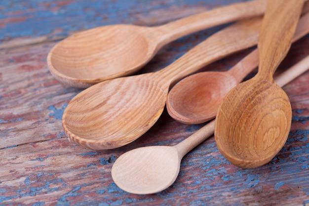 Lepels van verschillende grootte van verschillende houtsoorten