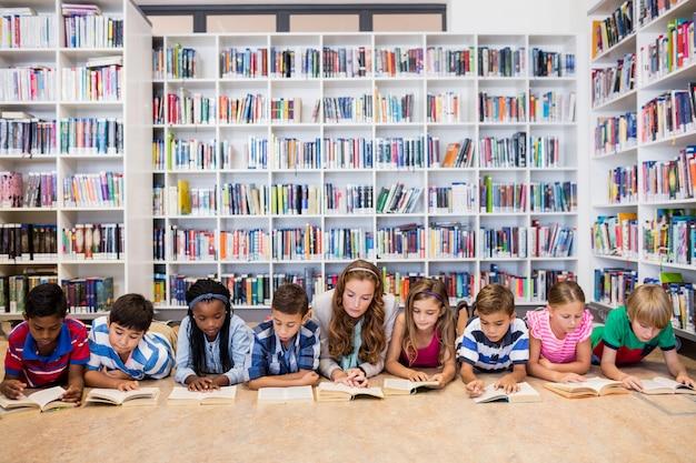 Leraar boeken lezen aan haar studenten