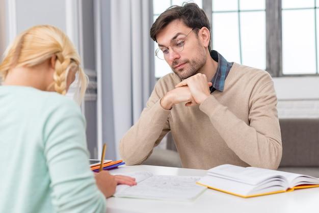 Leraar de les uit te leggen aan zijn leerling