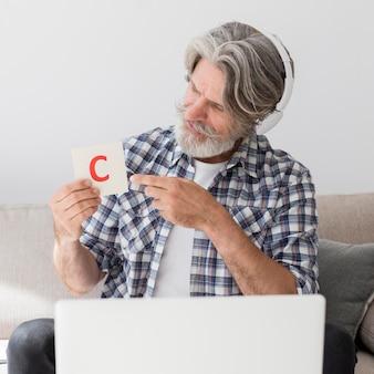 Leraar die brievenkaart tonen bij laptop
