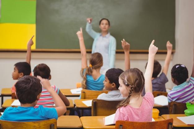 Leraar die een vraag stelt aan haar klas