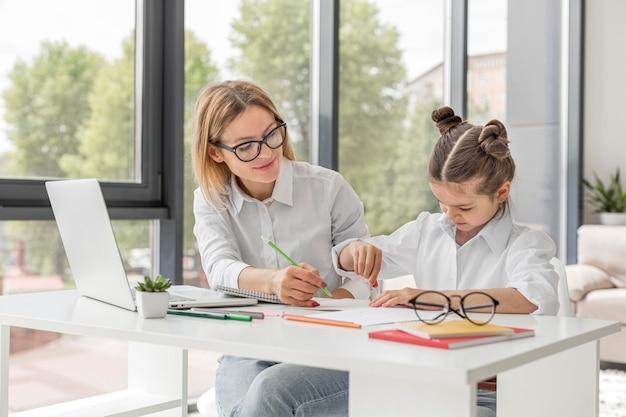 Leraar die haar dochterstudie helpt