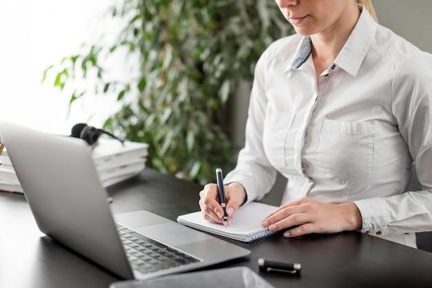 Leraar die haar lessen online op haar laptop doet