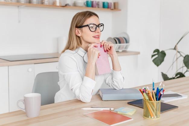 Leraar die haar lessen thuis online doet
