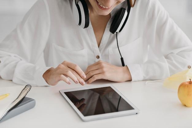 Leraar die haar online cursus hoog bekijkt
