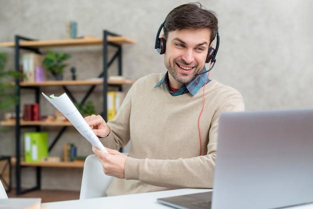 Leraar die met zijn studenten online spreekt