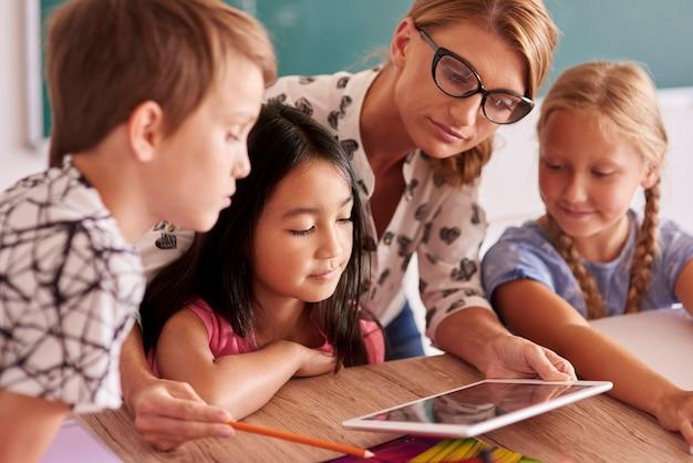Leraar die nieuwe dingen aan leerlingen uitlegt