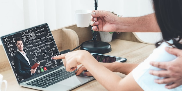 Leraar die online lessen doet