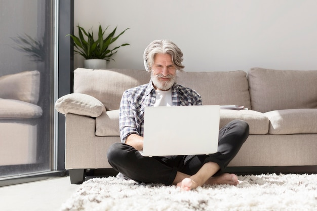 Leraar die op grond blijft die laptop met behulp van