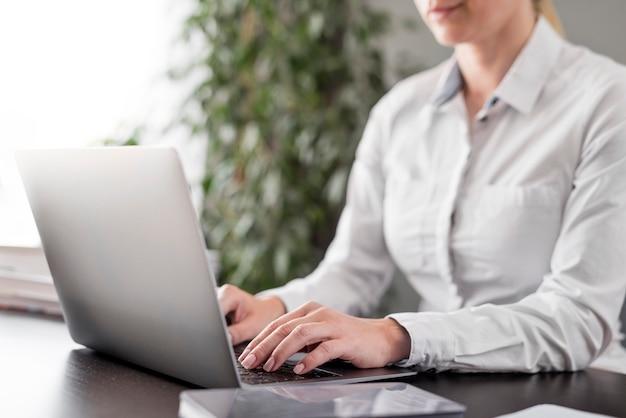 Leraar doet haar lessen online