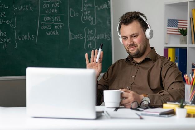 Leraar doet online een engelse les voor zijn studenten