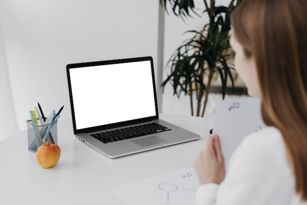 Leraar en haar laptop virtueel klaslokaalconcept