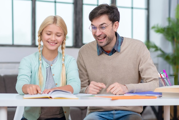 Leraar en jonge student die een goede tijd hebben