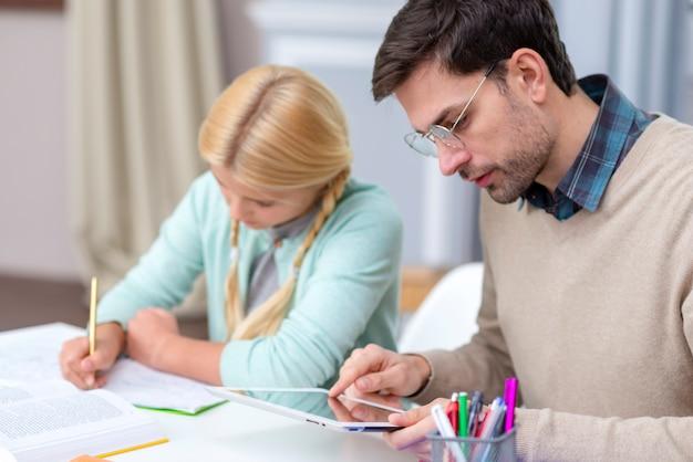 Leraar en jonge student die van huis leren