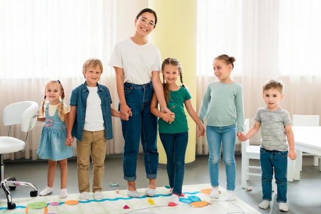 Leraar en kinderen samen poseren
