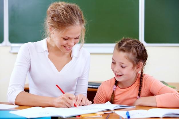 Leraar en leerling werken in de klas