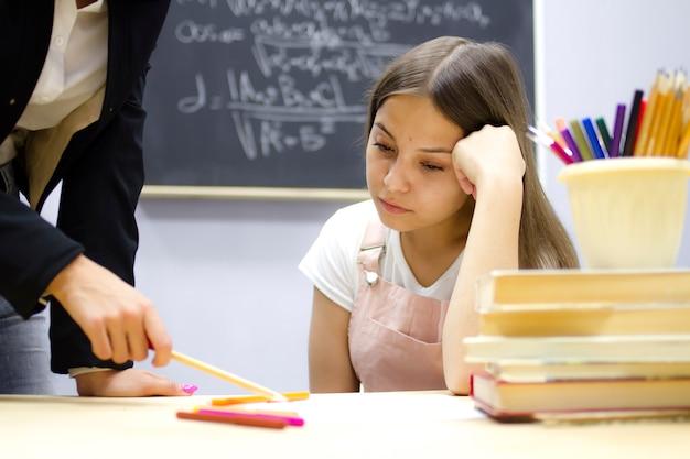 Leraar en student in de les