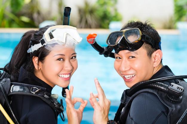 Leraar en student in een duikschool