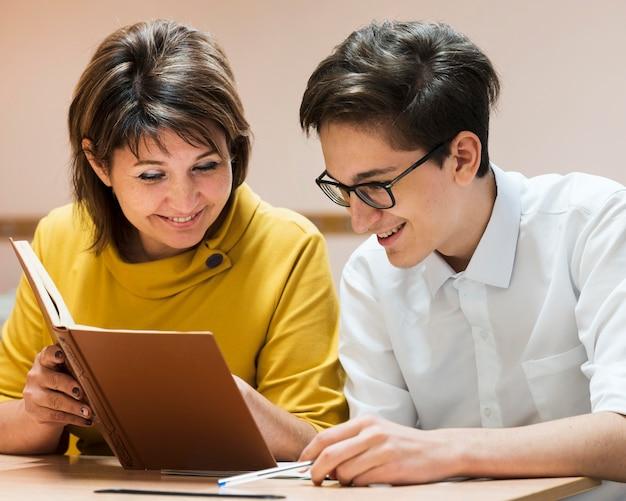 Leraar in de klas les uit te leggen aan student