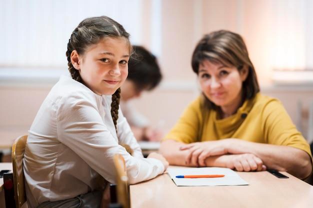 Leraar in de klas met student