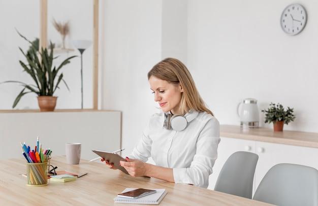 Leraar in gesprek met haar leerlingen via een tablet
