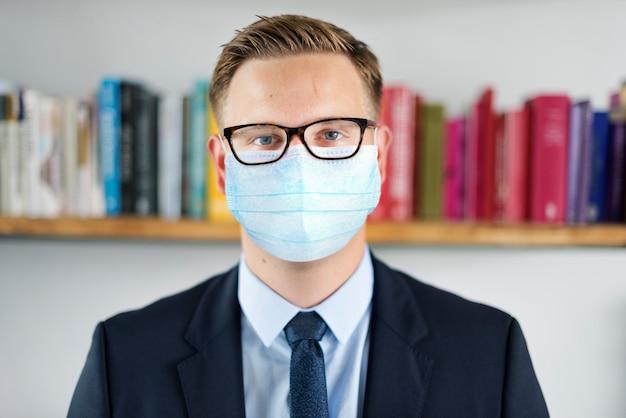 Leraar in gezichtsmasker op school nieuw normaal