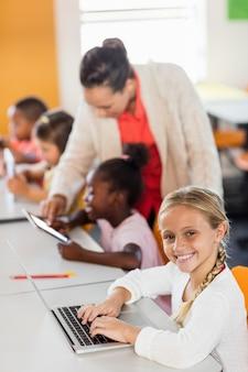 Leraar les geven aan haar studenten met digitale tablets