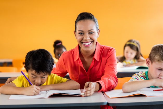 Leraar les geven aan haar studenten