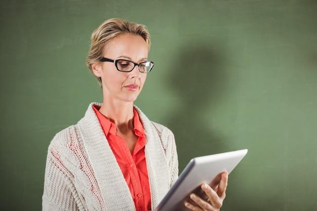 Leraar met behulp van een tablet