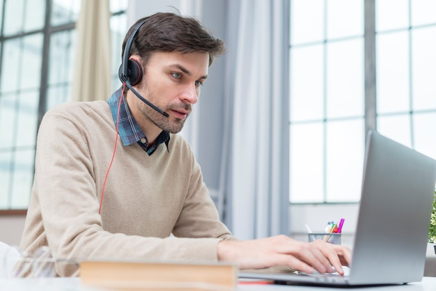 Leraar met koptelefoon met een webinar