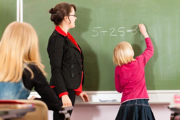 Leraar met leerling in schoolonderwijs