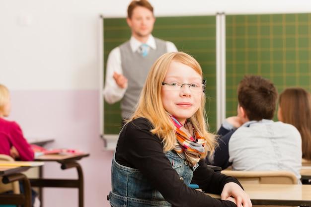 Leraar met leerlingen in schoolonderwijs